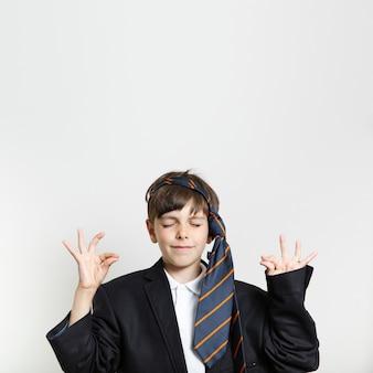 Vista frontal niño en un traje de meditación