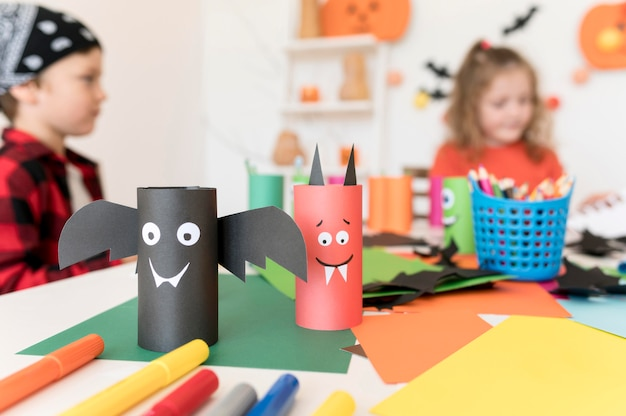 Vista frontal de niños con concepto de halloween