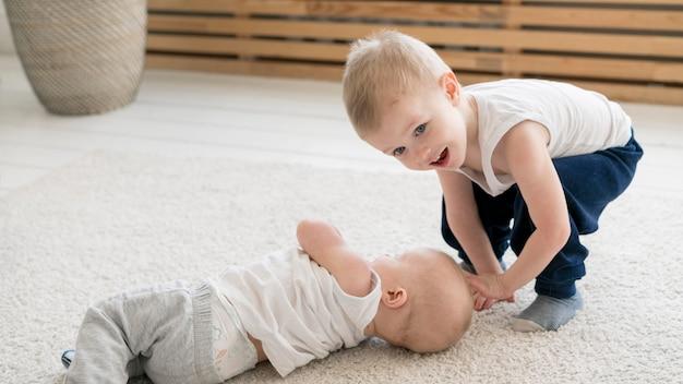 Vista frontal de niños encantadores jugando