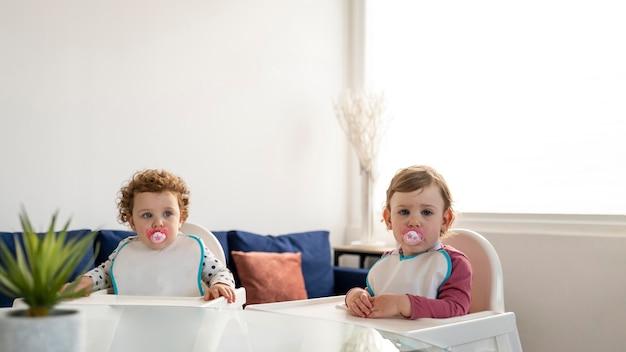 Vista frontal de los niños esperando el almuerzo en casa.