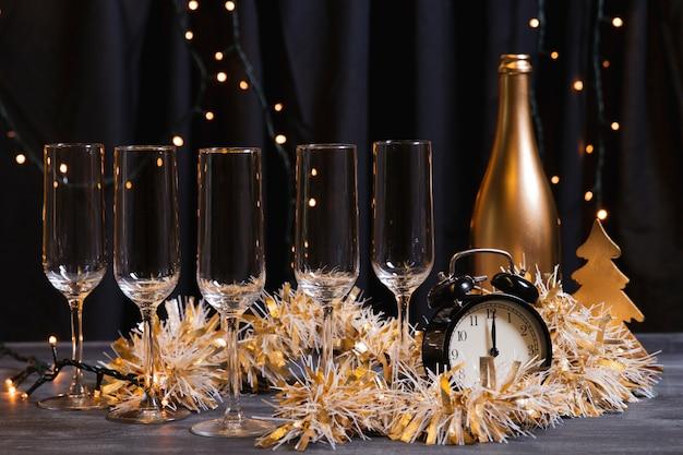 Vista frontal noche de año nuevo con champaña