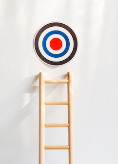 Vista frontal del objetivo con escalera de madera