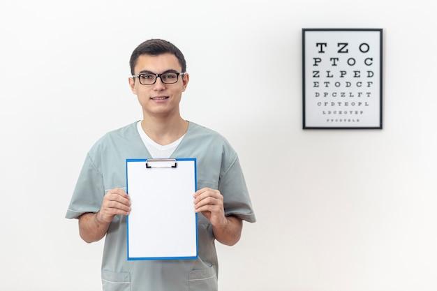 Vista frontal del oftalmólogo con bloc de notas
