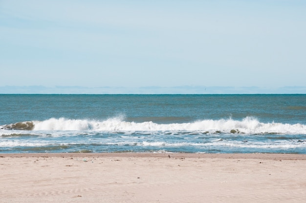 Vista frontal de las olas del mar golpeando la orilla