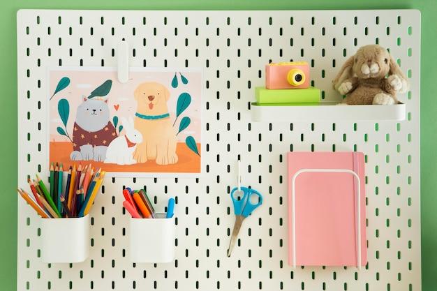 Vista frontal del organizador de escritorio para niños