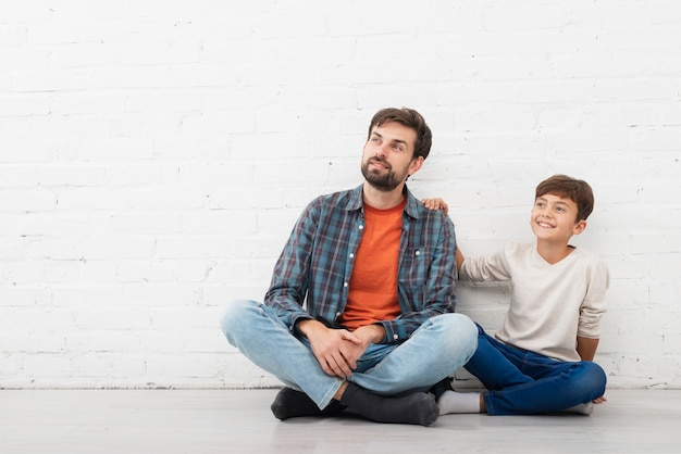 Vista frontal padre e hijo mirando a otro lado