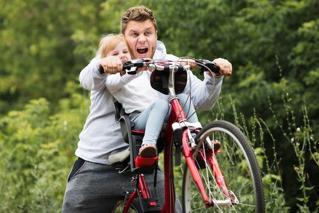 Vista frontal padre entreteniendo a su hija.