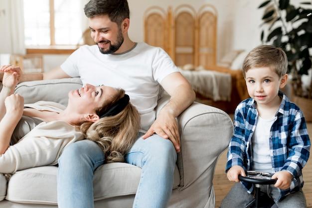 Vista frontal de padres e hijos que se quedan adentro