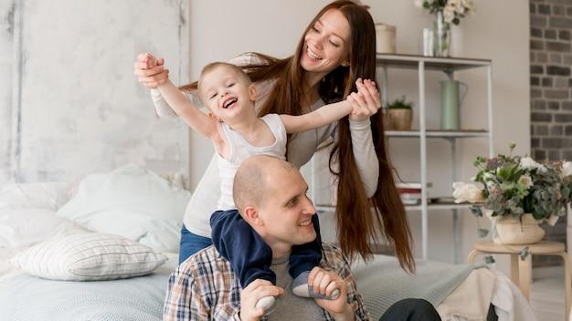 Vista frontal de padres encantadores con sus hijos