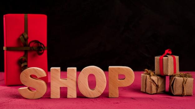 Vista frontal de la palabra tienda en mesa roja