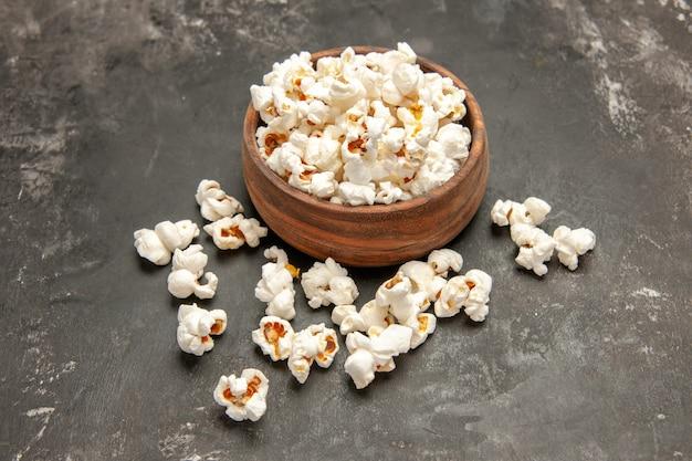 Vista frontal de palomitas de maíz frescas sobre fondo oscuro snack color cips oscuridad película de maíz