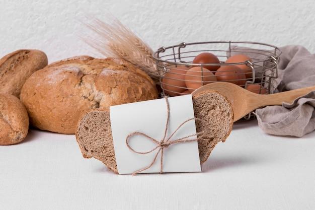 Vista frontal de pan fresco con huevos y rebanada de pan empacado