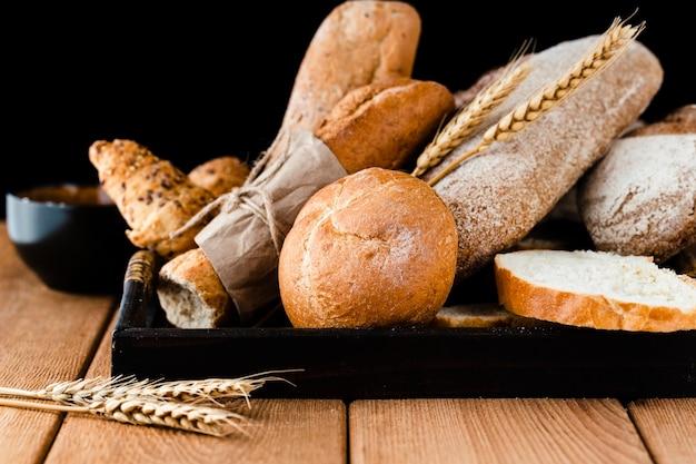 Vista frontal del pan en la mesa de madera