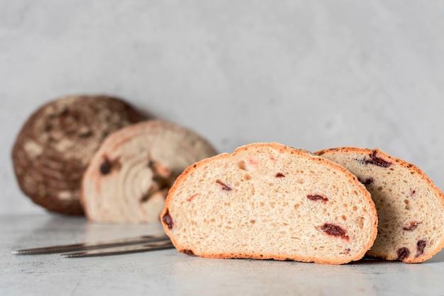 Vista frontal de pan de molde con frutas