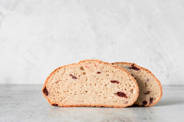 Vista frontal de pan de molde con frutos rojos