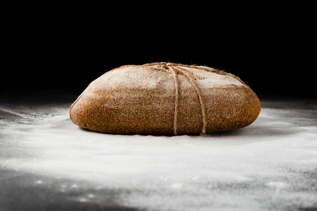 Vista frontal del pan sobre fondo negro