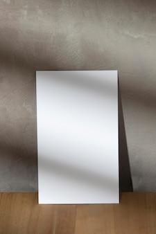 Vista frontal del papel blanco en blanco con espacio de copia
