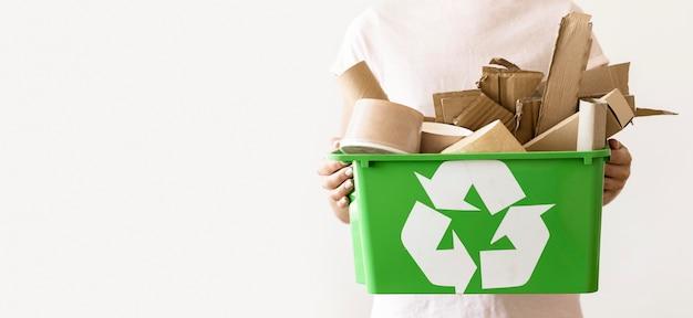 Vista frontal de la papelera de reciclaje de retención individual con espacio de copia