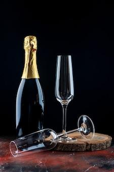 Vista frontal de un par de copas de champán en tablero rústico cahmpagne