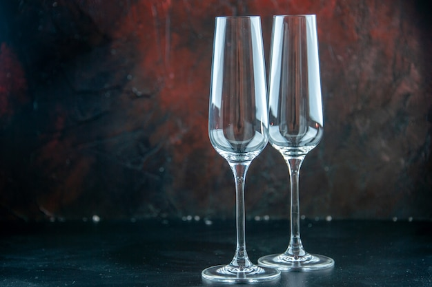 Vista frontal de un par de copas de champán