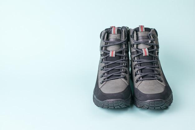 Vista frontal de un par de zapatos de hombre en azul. calzado de hombre para clima frío.