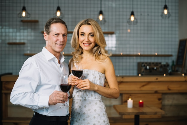 Vista frontal de la pareja bebiendo vino