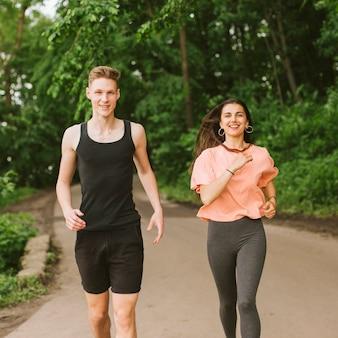 Vista frontal pareja corriendo juntos