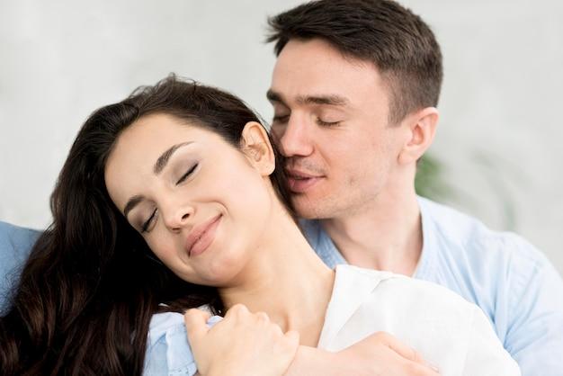 Vista frontal de la pareja íntima abrazada