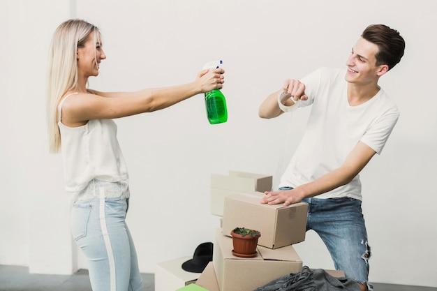 Vista frontal pareja joven jugando juntos