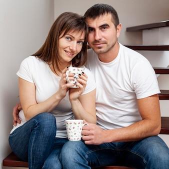 Vista frontal pareja mirando al fotógrafo