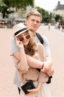 Vista frontal pareja posando juntos