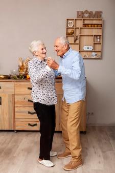 Vista frontal pareja senior bailando