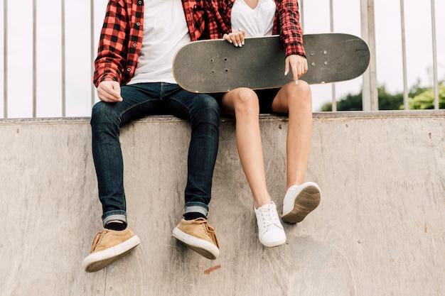 Vista frontal de la pareja en el skate park