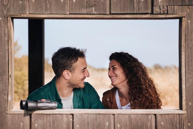 Vista frontal pareja sonriente en un refugio