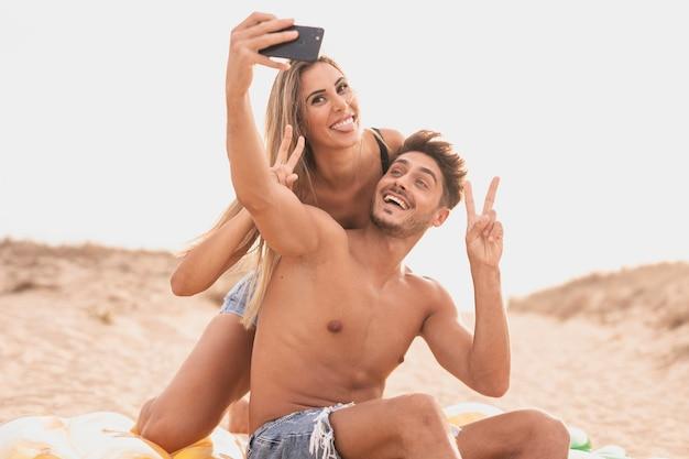 Vista frontal de la pareja tomando fotos