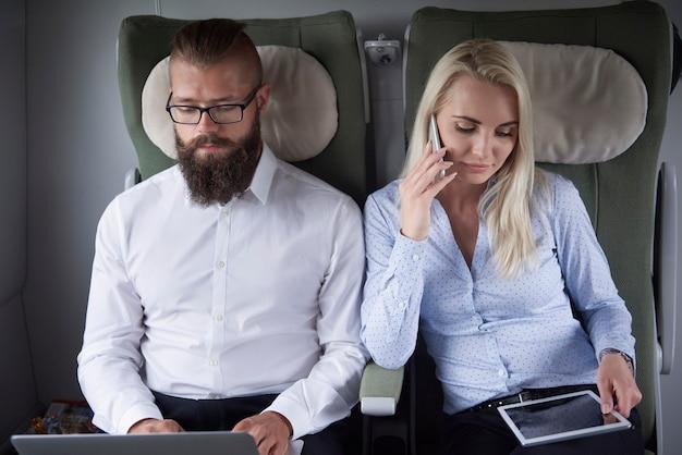 Vista frontal de la pareja de trabajo