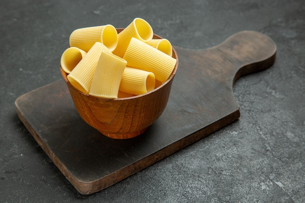 Vista frontal pasta italiana cruda poco formada