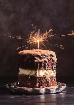 Vista frontal del pastel de chocolate con bengala