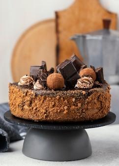 Vista frontal del pastel de chocolate dulce en el stand