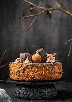 Vista frontal del pastel de chocolate redondo en el stand