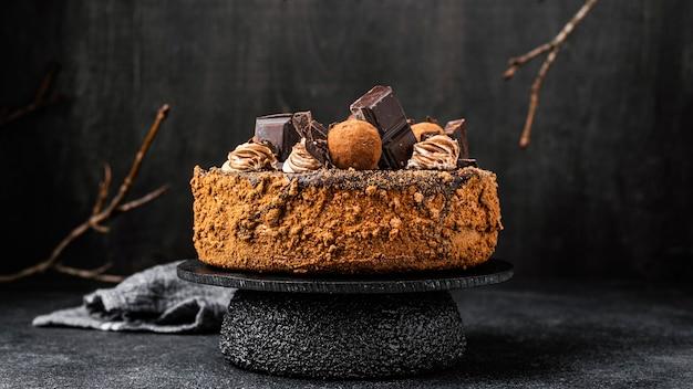Vista frontal del pastel de chocolate en el stand