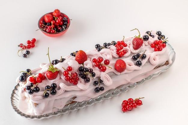 Vista frontal del pastel de crema con diferentes frutas en la parte superior