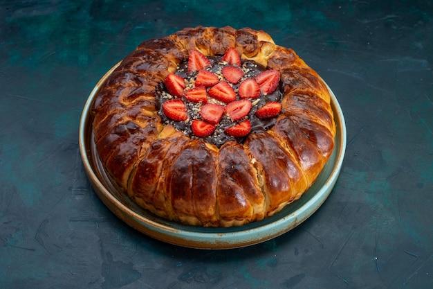 Vista frontal del pastel de fresa con mermelada y fresas frescas sobre superficie azul