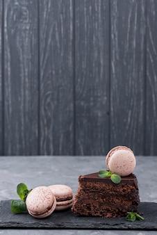 Vista frontal de pastel con macarons y espacio de copia