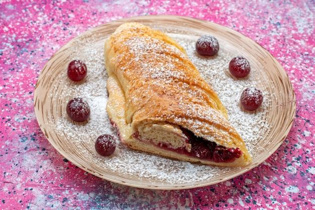 Vista frontal de pasteles de cerezas deliciosas y dulces en rodajas con cerezas agrias frescas dentro de la placa
