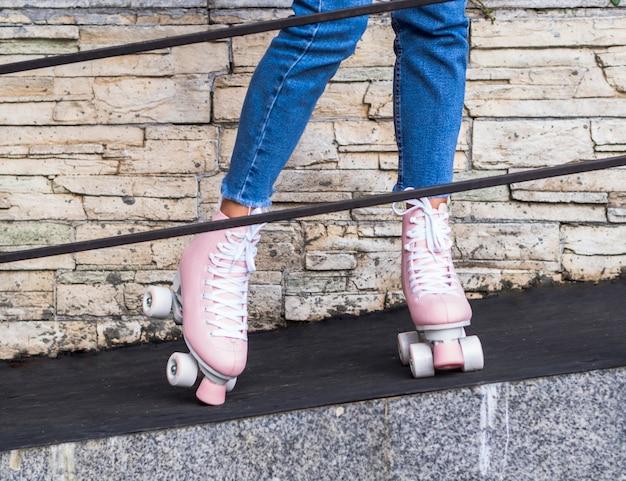 Vista frontal de patines en mujer detrás de la barandilla