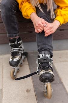 Vista frontal de patines con mujer