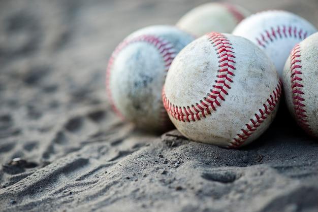 Vista frontal de pelotas de béisbol sucias