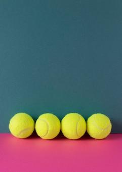 Vista frontal de pelotas de tenis con espacio de copia