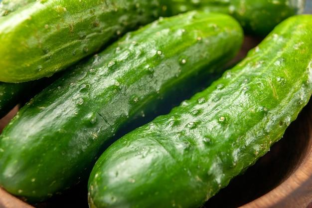Vista frontal pepinos verdes frescos sobre fondo azul comida ensalada salud comida madura dieta color
